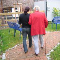 Günstige Betreung und Pflege von ausgebildeter Altenpflege-Fachkraft im Großraum Düsseldorf auf Honorar*